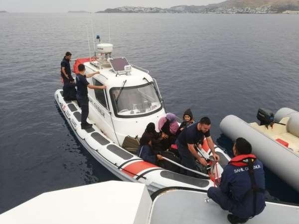 Lastik botla ölüm yolculuğuna çıkan 28 kaçak göçmen gece görüş kamerasıyla görün