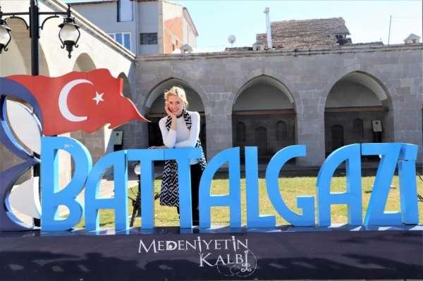 Sanatçı Wilma Elles, Battalgazi'ye hayran kaldı