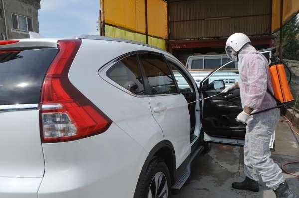 İş yerine gelen araçları bedava dezenfekte ediyor