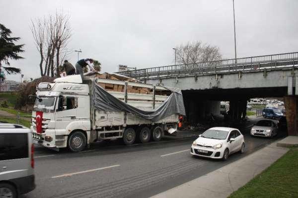 (Özel) Unkapanı Köprüsü'nde trafiği kitleyen kaza