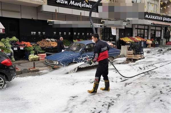 Sokaklar köpükle temizleniyor