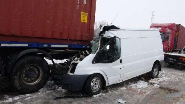 Patlayıcı madde yüklü minibüs tıra çarptı: 1 ölü, 1 yaralı