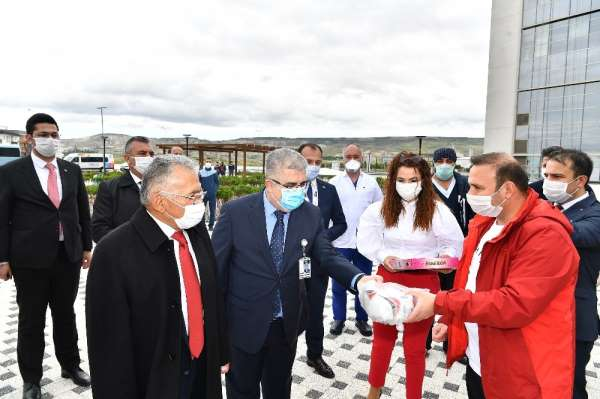 Başkan Büyükkılıç, Spor A.Ş. ile birlikte hastalara moral verdi