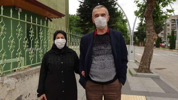 Korona yasağından memnun olan yaşlı çift, sokağa çıkmanın keyfini yaşadı