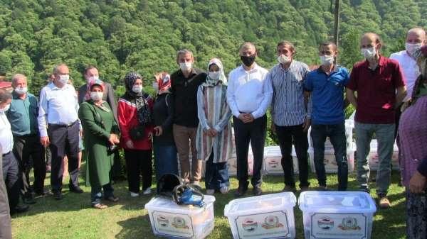 Artvin'de çay üreticilerine şarjlı çay toplama makinesi ve ekipmanları dağıtıldı