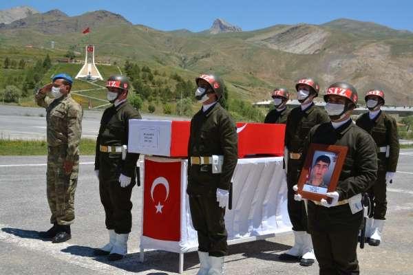 Teröristlerin taciz ateşiyle şehit düşen askere uğurlama töreni
