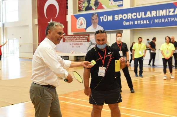 Badminton şenliği açılış vuruşu Başkan Uysaldan