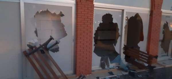Çeşmede zabıta binası ve araçlarına taşlı saldırı