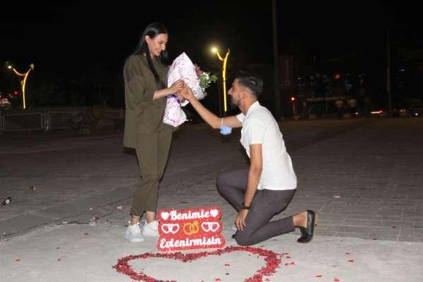 Erzincanda genç adamdan kız arkadaşına meydanda sürpriz evlilik teklifi