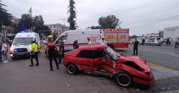 Tırın çarptığı spor otomobil hurdaya döndü: 1 yaralı