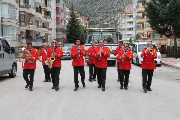 156 yıllık belediye bandosundan, sokağa çıkamayan vatandaşlara bayram konseri
