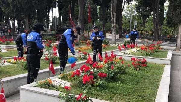 Polis ekipleri Edirnekapı Şehitliği'ni ziyaret eden aileleri yalnız bırakmadı