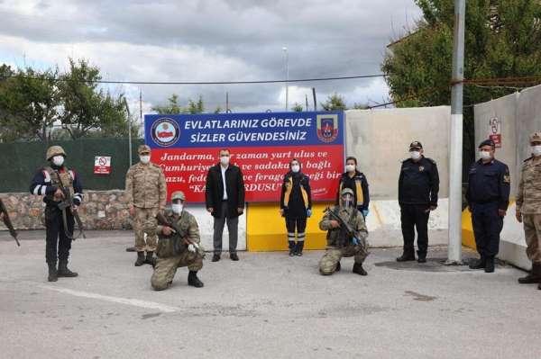 Vali Kaldırım, şehitliği ziyaret etti güvenlik güçlerinin bayramını kutladı