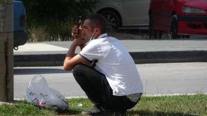 Kayseri'de intihar girişiminde bulunan genci görenler cep telefonları ile canlı