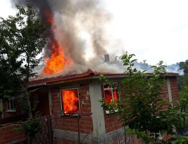 Sinop'ta yanan ev kullanılmaz hale geldi