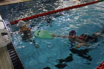 Yüzme sporcuları havuza indi