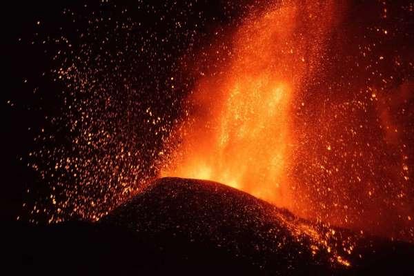 Kanarya Adalarındaki yanardağda patlamalar şiddetini artırdı