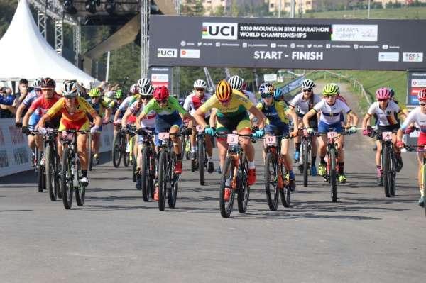 Dünya Dağ Bisikleti Maraton Şampiyonası 'Elite kadınlar' kategorisinin startı ve