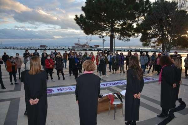 Sinopta kadına şiddete sokak tiyatrosu ile dikkat çektiler