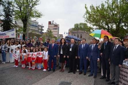 Trabzonda 20. Uluslararası Karadeniz Tiyatro Festivalinin açılışı yağmur altınd