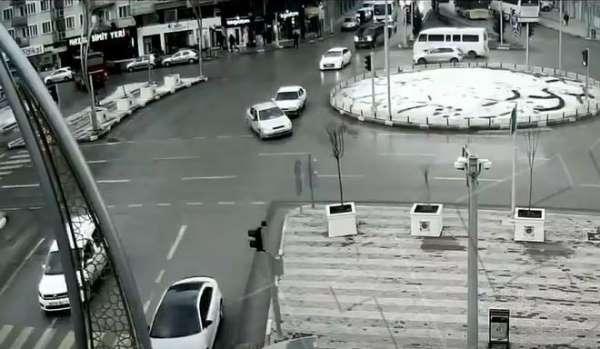 Afyonkarahisar'daki kavşaklarda meydana gelen kazalar mobese kameralarına yansıd