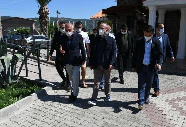 AK Partili Turan Assosta turizmcilerle bir araya geldi