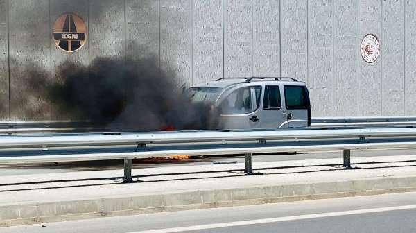 Kaza yapan hafif ticari araç alev alev yandı