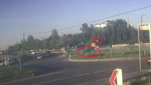 Motosikletin ikiye ayrıldığı kazanın görüntüleri ortaya çıktı