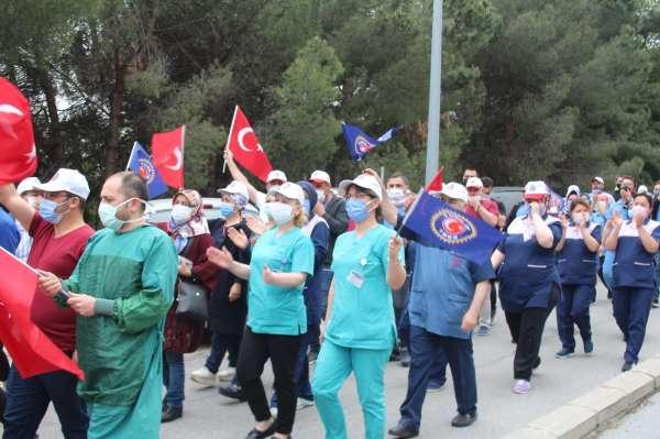 Sağlık-İş üyeleri taleplerinin karşılanması için rektörlüğe yürüdü