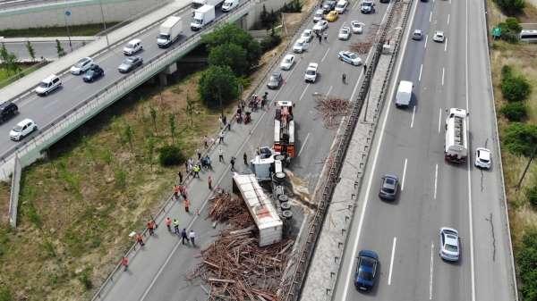 Sancaktepe TEM Otoyolunda TIR kazası: TEM trafiğe kapandı