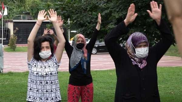 Beyoğlu'nda kadınların sosyal mesafeli sabah sporu