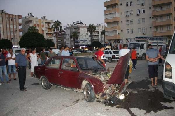 Hurdaya dönen otomobilden burunları kanamadan çıkıp kaza tartışması yaptılar