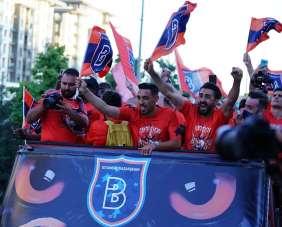 Şampiyon Başakşehir, üstü açık otobüsle stada geldi