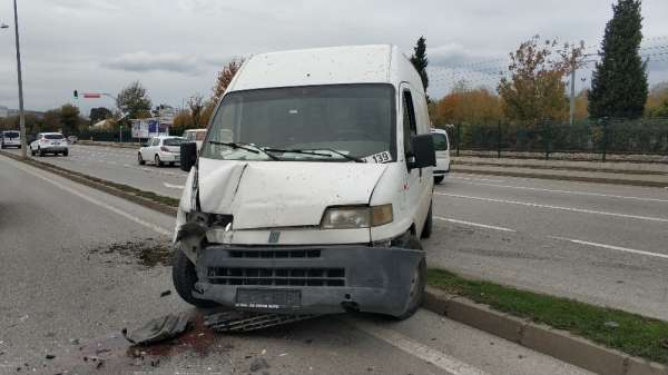 Samsun'da minibüs aydınlatma direğine çarptı: 1 yaralı
