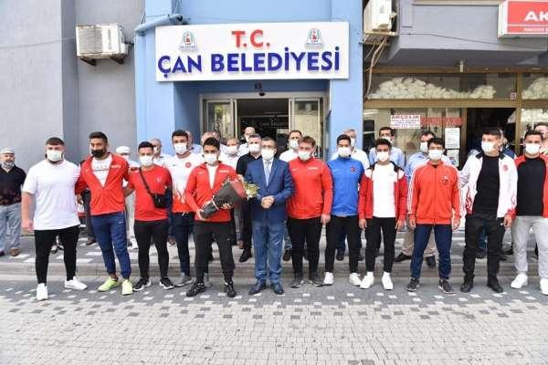 Çan Belediyesi güreş kulübü pehlivanları davul zurna ile karşılandı