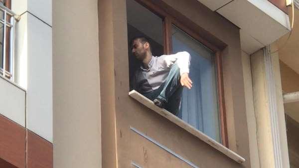 Zeytinburnunda özel harekat polisi intihar etmek isteyen kişiyi son anda kurtardı