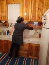 Niksar Belediyesi yaşlıların evinde bayram temizliği yapıyor
