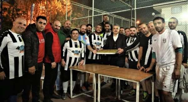 AK Partili Mustafa Savaş'tan gazetecilere baklava dopingi