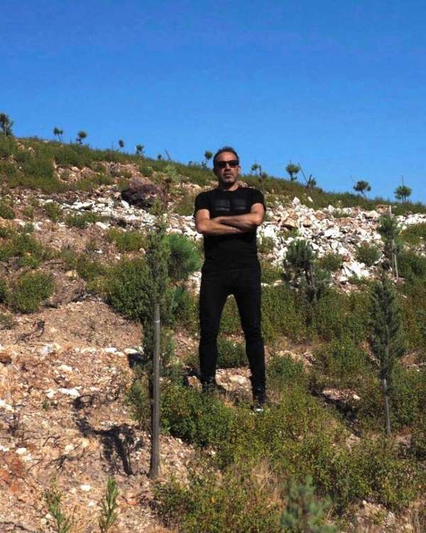 Haluk Levent Ayvalık'ta diktiği ağaçları kontrol etti