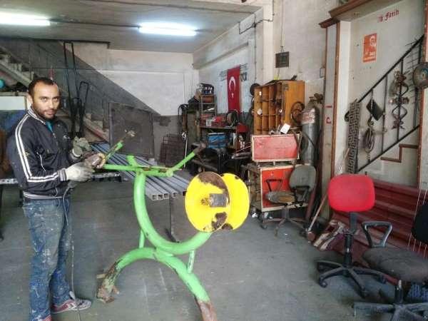 Gençleri spora özendirmek için spor aletlerini kendisi tamir etti