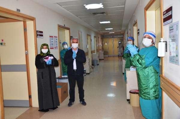 58 yaşındaki karı-koca korona virüsü yendi, alkışlarla taburcu oldu