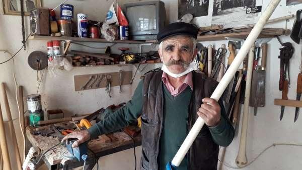 76 yaşındaki vatandaş ekmeğini saptan çıkarıyor