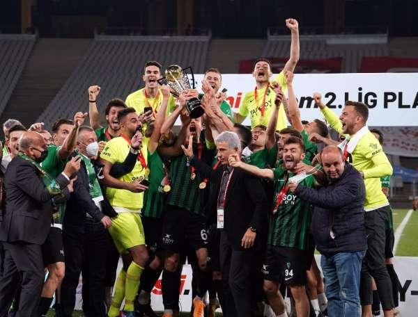 Misli.com 2. Lig play-off final maçında Sakaryasporu 4-0 mağlup eden Kocaelispor, TFF 1. Lige yükseldi.
