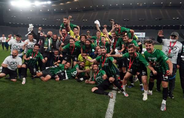 Misli.com 2. Lig play-off şampiyonu Kocaelispor, kupasını aldı