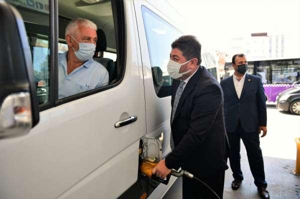 Şoför esnafı, belediye tarafından dağıtılan akaryakıtlarını teslim alıyor