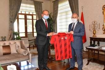 Başkan Akın Vali Karadeniz'e Turgutluspor forması hediye etti