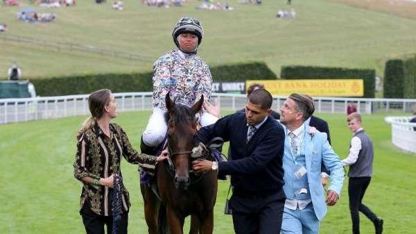 İngiltere'nin ilk başörtülü jokeyi Mellah, ilk yarışını kazandı