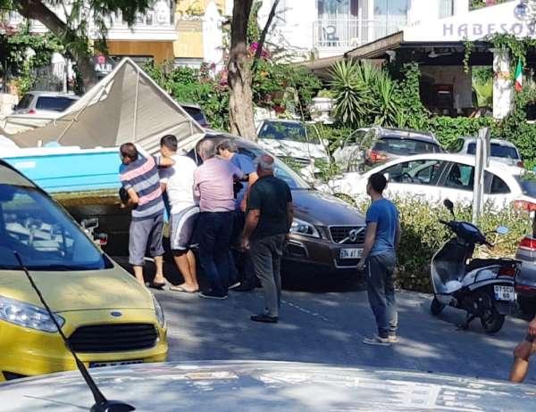 Kaş'ta ilginç kaza: Tekne otomobilin üzerine devrildi
