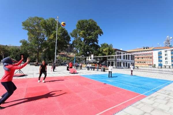 Kent meydanında voleybol turnuvası