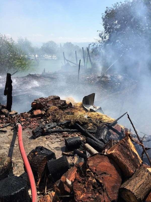 Ahır yangınından büyükbaş hayvanlar son anda kurtarıldı
